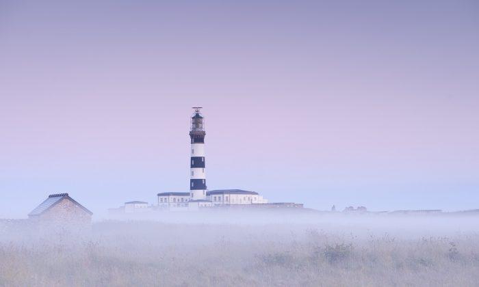 Vue sur le phare du Creac'h, a l'aube et dans la brume ©Emmanuel Berthier