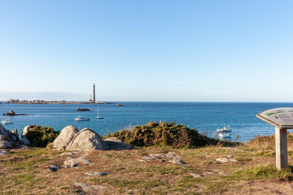 Le GR34 avec vue sur le phare de l'île vierge ©RAGOT Eugenie